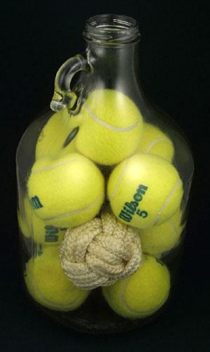 tenis topu ve şişe
